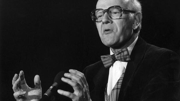 Kabarettist Fredy Lienhard auf Schwarzweissfoto.