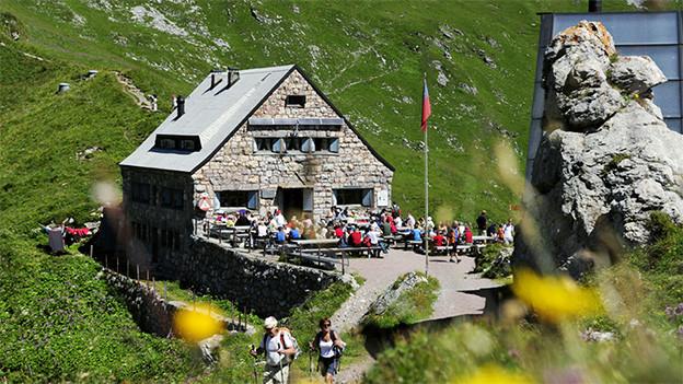 Eine Berghütte mit Gartenwirtschaft.