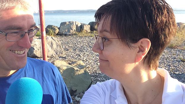 Interviewgast und Redaktorin vor der weiten Ebene des Rheindeltas.