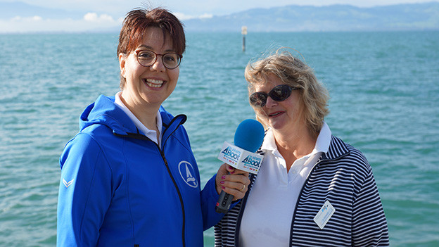 Die Redaktorin steht mit ihrer Interviewpartnerin an der Anlegestelle am See.