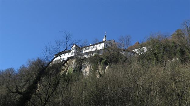 Blick von unten auf die weissen Klostermauern.