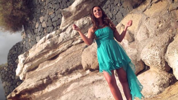 Nadine vor Fels im türkisblauen Sommerkleid.