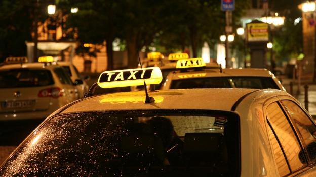 Taxi steht an Stand.