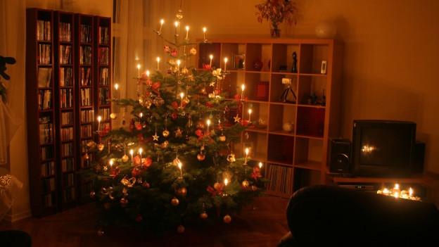 Weihnachtsbaum in Wohnzimmer.