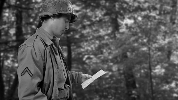 Soldat liest Brief.