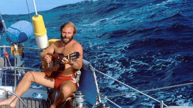 Peter Reber spielt Gitarre auf Schiff.