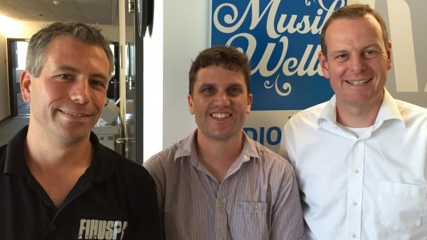 Marcel Zünd (links) von den FIHUSPA und Thomas Ackermann (rechts) von den Gasterländern mit Roman Portmann (Mitte) im Studio.