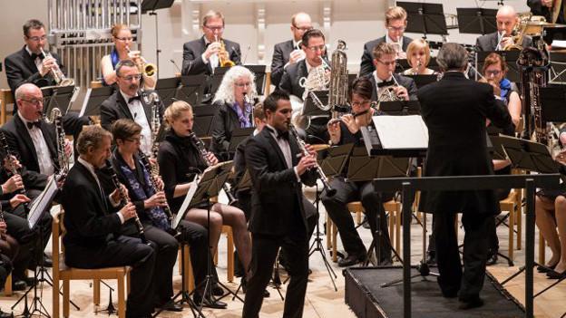Zwick spielt Klarinette als Solist.