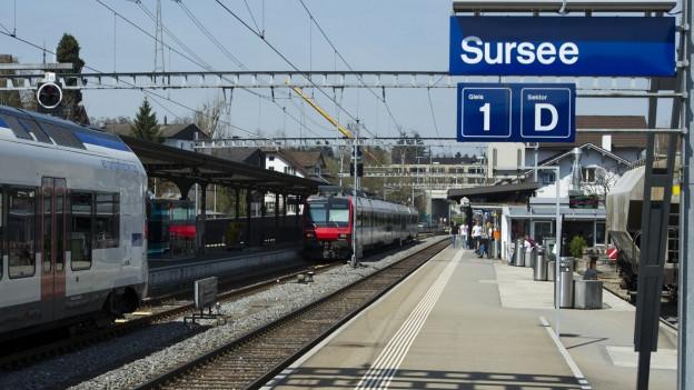 Sursee Bahnhof mit Ortstafel