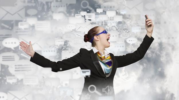 Bildcollage mit einer Geschäftsfrau, die mit ihrem Handy inmitten verschiedener Kommunikationssymbole steht.