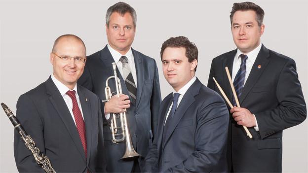 Gruppenbild mit vier Musikern.