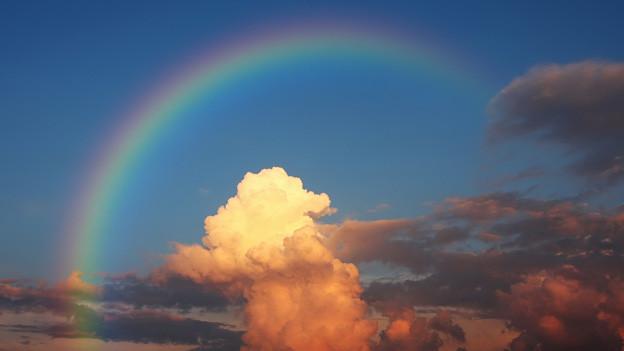 Ein Regenbogen vor ein paar Gewitterwolken.