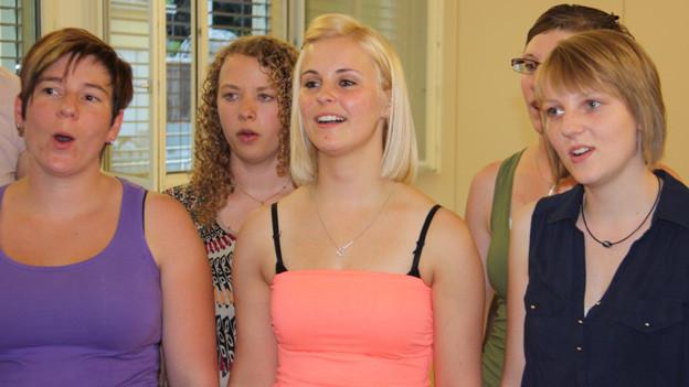 Junge Frauen während einer Chorprobe.