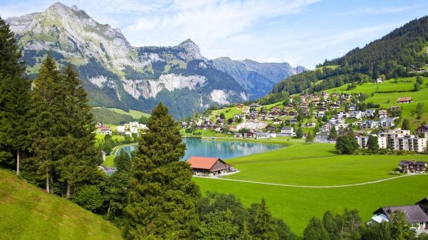 Engelberg, Wiesen, Berge und See an einem herrlichen Sommertag.