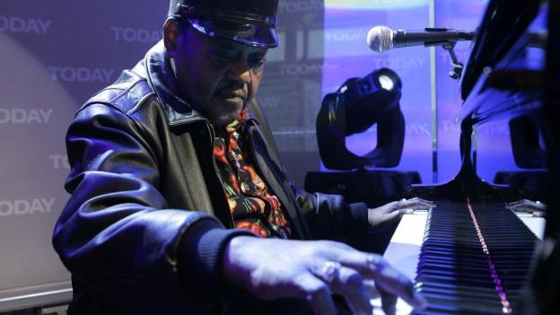Fats Domino am Klavier während Konzert.