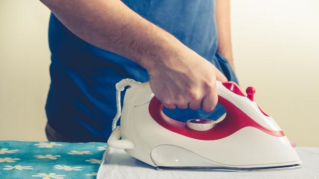 Bügeleisen auf Bügelbrett.