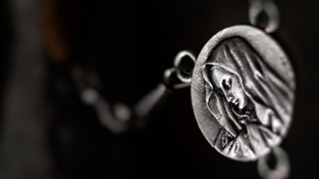 Amulett mit Mönchsfigur.