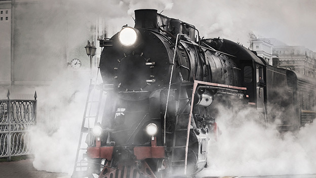 Grossaufnahme einer schwarzen Dampflokomotive.