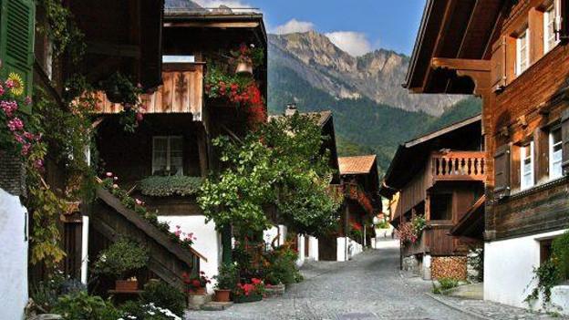 Häuser im typischen Baustil des Berner Oberlands.