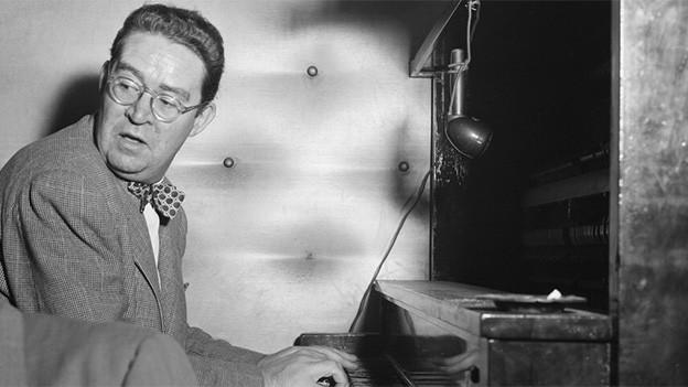 Schwarz-Weiss-Fotografie mit dem Pianisten am Klavier.