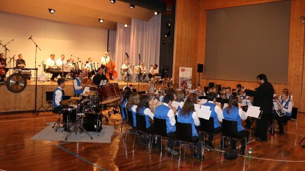 Junges Blasorchester mit Dirigent in der Mehrzweckhalle Vella.