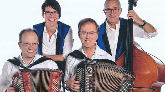 Zwei Männer sowie eine Frau jeweils mit Handorgel und Mann mit Bass.