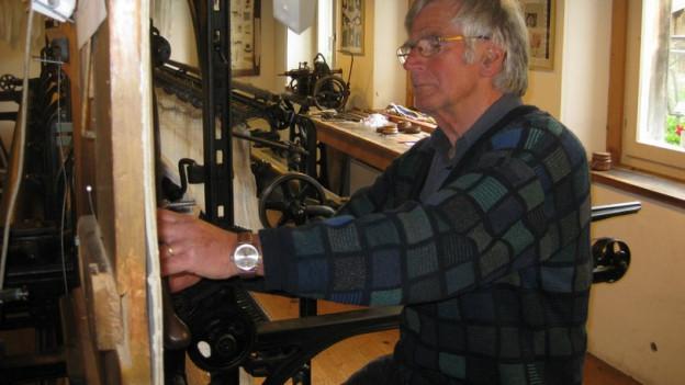 Bernhard Hollenstein an seiner Handstickmaschine.