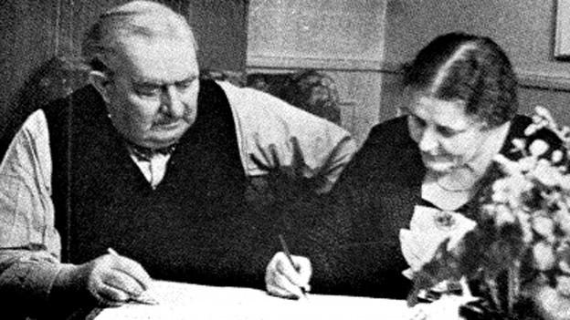 Das Schmalz-Ehepaar komponiert gemeinsam an Esszimmertisch.