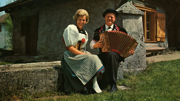 Jodelduo Heidi und Ernst Sommer vor Bauernhaus irgendwo im Emmental.