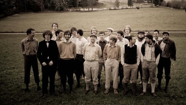 Männerstimmen Basel in Kostümen der 1950-er Jahreauf Wiese.