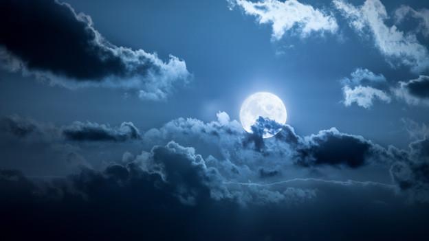 Vollmond, ein paar Wolken und ein klarer Sternenhimmel.