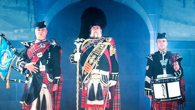 Männer im Schottenrock mit Dudelsack.