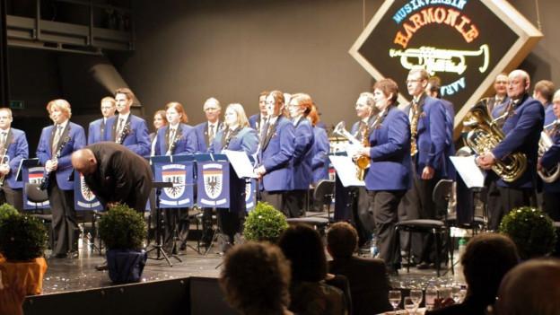 Währen eines Auftritts auf einer Bühne in blauen Kostümen.