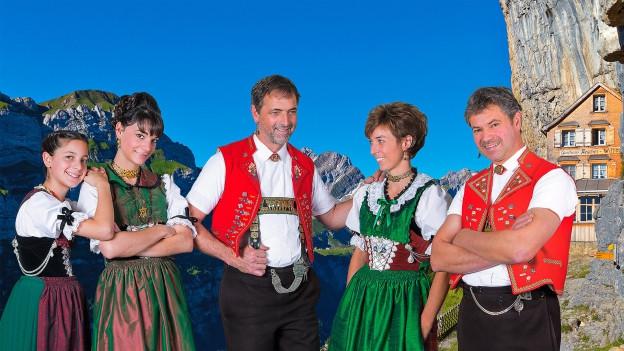 Streichmusik Neff steht vor Alpenkulisse.