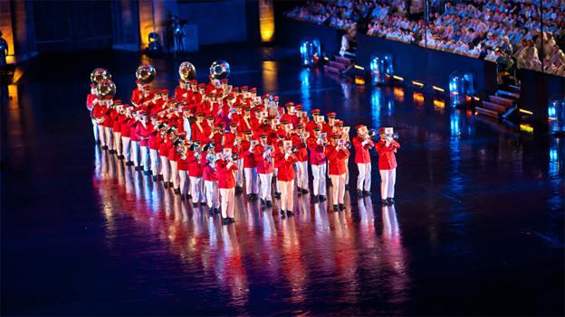 Die Militärmusik in rot-weissen Uniformen.