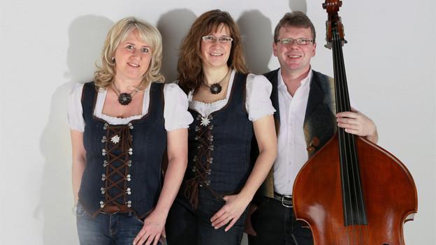 Gruppenbild mit den zwei Musikantinnen und einem Musikanten.