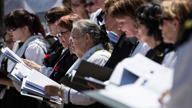 Ein Frauenchor mit Sängerinnen in Trachten.