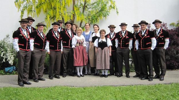 Gruppenbild mit Sängern und Sängerinnen eines Jodlerklubs.