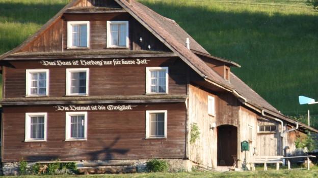 Bauernhaus an Hügel in Mosnang.