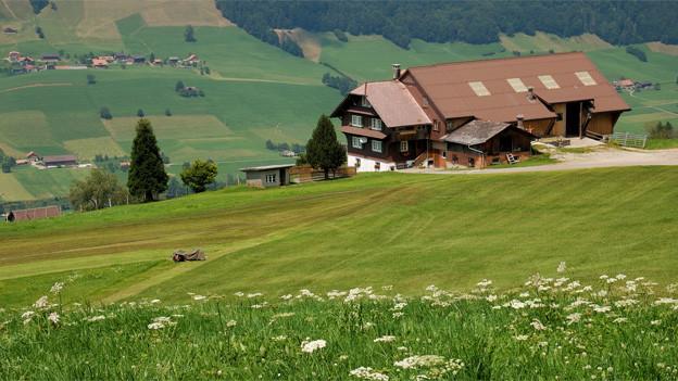 Ein Bauernhaus auf dem Land.