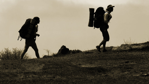 Zwei Wanderer auf dem Weg zum Gipfel.