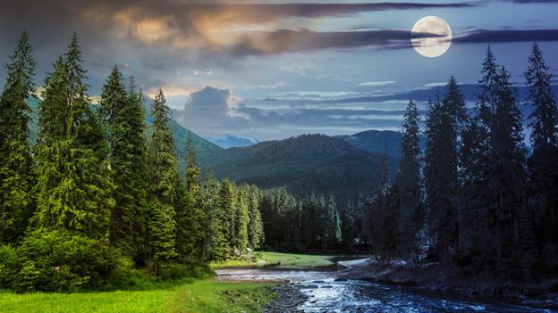 Ein etwas kitschiges Bild von einem Vollmond über einer Naturlandschaft mit einem kleinen Bach.