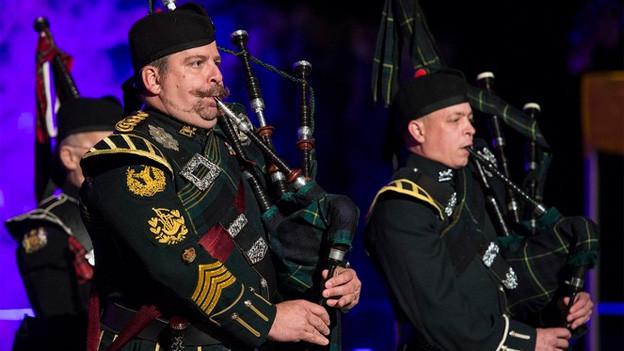 Ein Dudelsackpfeifer in Schotten-Uniform.