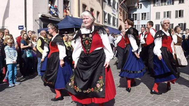 Tanzende Trachtenträgerinnen auf Aaraus Strassen.