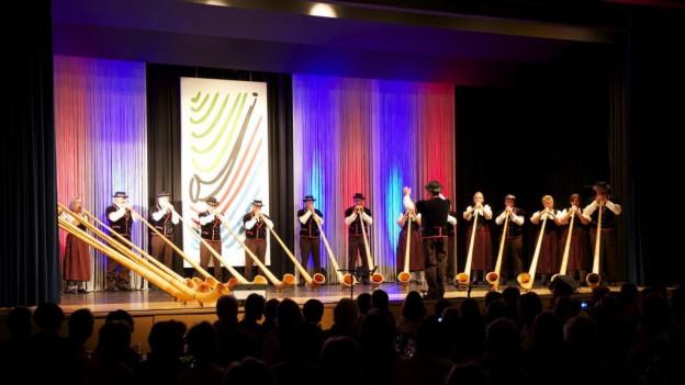 Alphornformation auf Bühne in Oensingen.