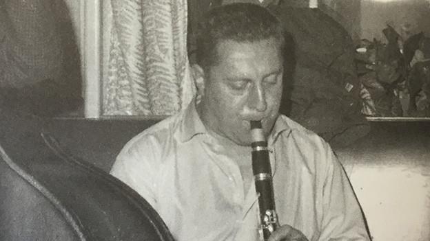 Schwarz-Weiss-Fotografie mit Karl Oswald, der Klarinette spielt.