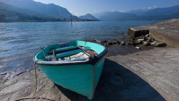 Einsames Boot am Rande des Lago Maggiore.