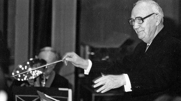 Schwarz-Weiss-Fotografie mit dem Dirigenten in Aktion.
