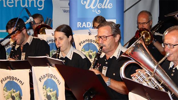 Musikanten und Musikantinnen der Blaskapelle während eines Auftritts.