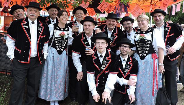 Gruppenbild mit Jodlerinnen und Jodlerin in Trachten.